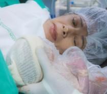 """Aos 64 anos, mulher dá à luz primeira filha: """"Uma alegria"""", diz médica"""