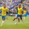 MARKETING Neymar amarra suas novas chuteiras amarelas em campo e gera especulação