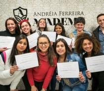 Curso gratuito de Design de Sobrancelhas é realizado pela Micropigmentadora Andréia Ferreira