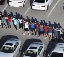 MUNDO Tiroteio em escola da Flórida deixa ao menos 17 mortos
