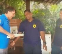 Bolsonaro brinca com churrasqueiro em Marambaia: 'Olha o tamanho da faca'