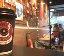 TEMÁTICA ROCK Em Porto Alegre, café inspirado no Starbucks atende em inglês e serve cookies de bergamota