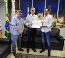 Presidente do SIMECS entrega pauta de reivindicações ao Prefeito de Caxias do Sul