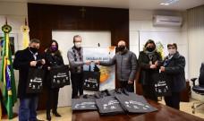 Fundação Marcopolo doa adesivos preventivos do Covid-19 às 81 escolas municipais