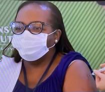 Enfermeira em São Paulo recebe a primeira dose da CoronaVac no País