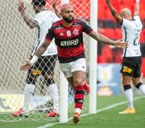 Flamengo vence o Corinthians por 2 a 1 e se mantém vivo na briga pelo título brasileiro