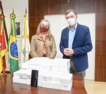 Delegacia da Receita Federal doa celulares à Prefeitura
