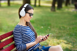 mulher-ouvindo-musica-com-smartphone