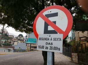 Horário de estacionamento proibido na Avenida São Leopoldo, confunde motoristas e dificulta o comércio. Pleito é por melhor sinalização.