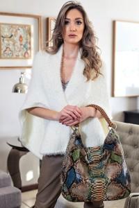 A modelo Caren Grazziotin, que vestiu as peças da Saintelle Boutique e da B.Bag, apresentou as tendências das grifes para esta estação, que tem como destaque as calças destroyed, as botas em couro, peles e ponches// Foto Edson Menegat